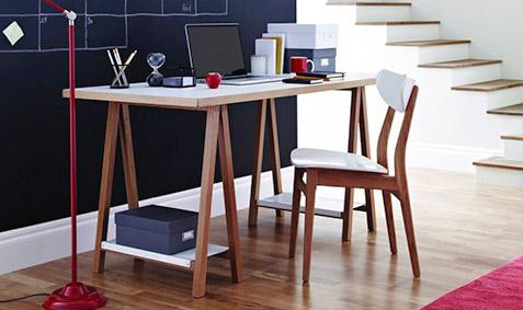 Tavolo di legno con cavalletti stile scandinavo for Scrivania stile scandinavo